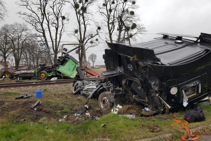 ВПольше при столкновении поезда с фургоном достаточно серьезно пострадали 18 человек