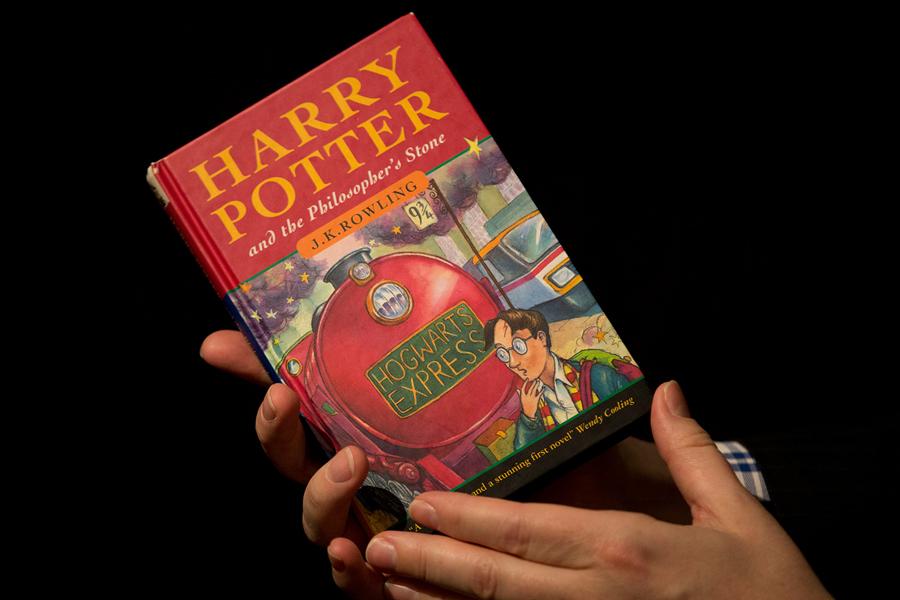 Первое печатное издание «Гарри Поттера» ушло смолотка зарекордную сумму