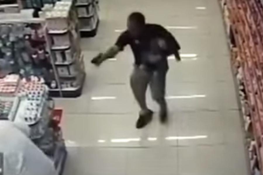 Полицейский cсыном наруках убил двоих преступников