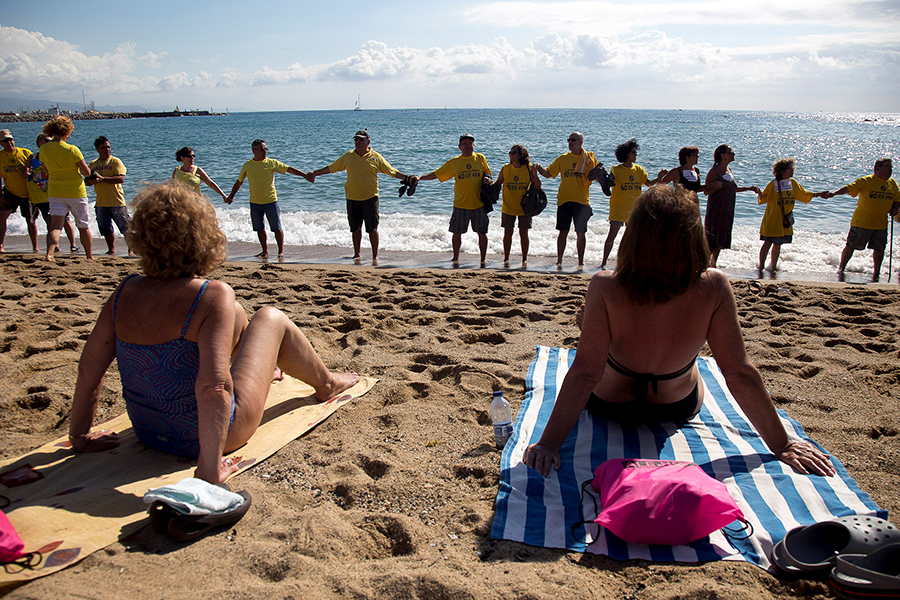 Уставшие отнаплыва туристов жители  Барселоны устроили акцию протеста