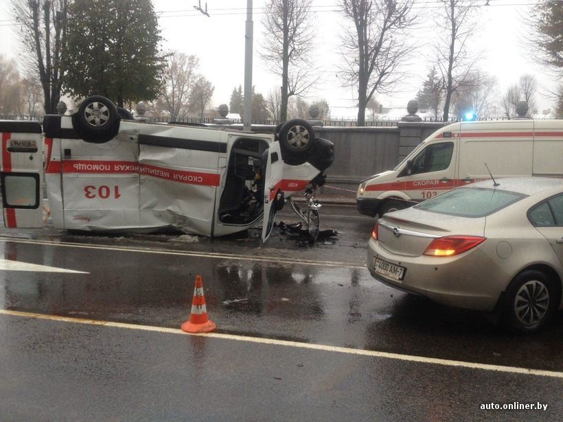 Вцентре Минска «Ситроен» протаранил иперевернул машину скорой помощи