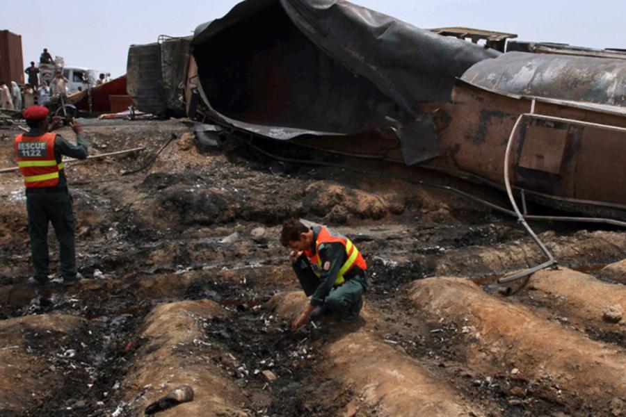 Число жертв при возгорании бензовоза впакистанской провинции возросло до190