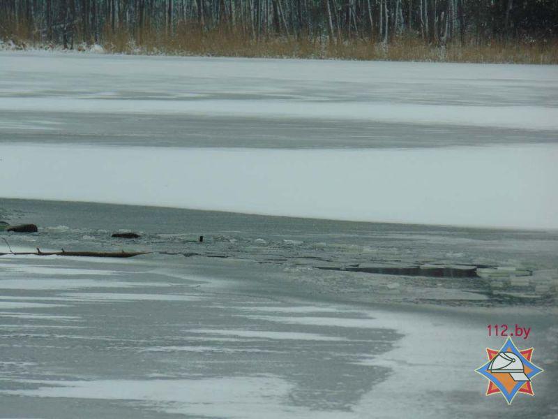Рыбак провалился под лед наозере Лосвидо в40 метрах отберега