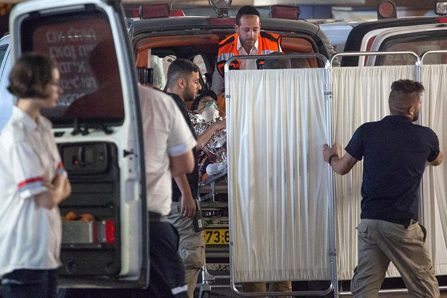 Палестинец ранил ножом 3-х жителей Израиля, ворвавшись кним вдом