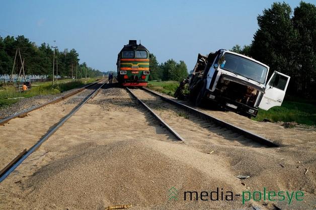 Шофёр МАЗа остался живой после столкновения сжелезнодорожным локомотивом вЛунинецком районе