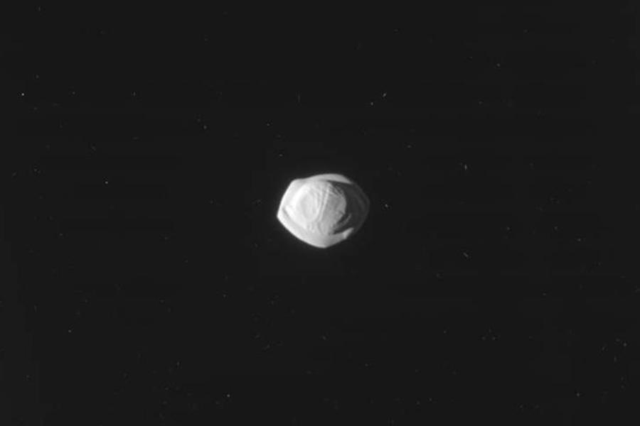 НАСА опубликовало кадры спутника Сатурна, схожего напельмень