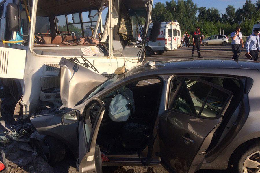 ВКостроме столкнулись три автомобиля иавтобус спассажирами