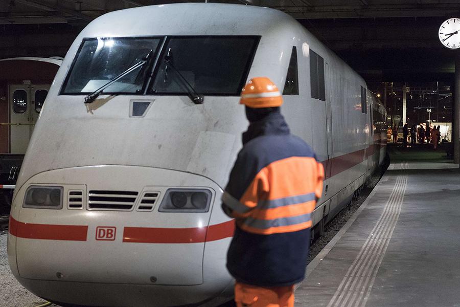ВШвейцарии поезд сошел срельсов— DPA