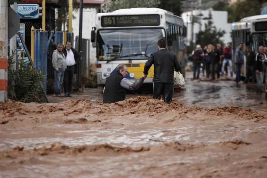Поменьшей мере  13 человек погибли при наводнении вГреции
