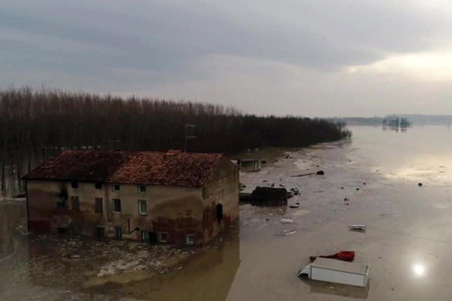 Насевере Италии из-за непогоды эвакуировали неменее 2 тыс. человек