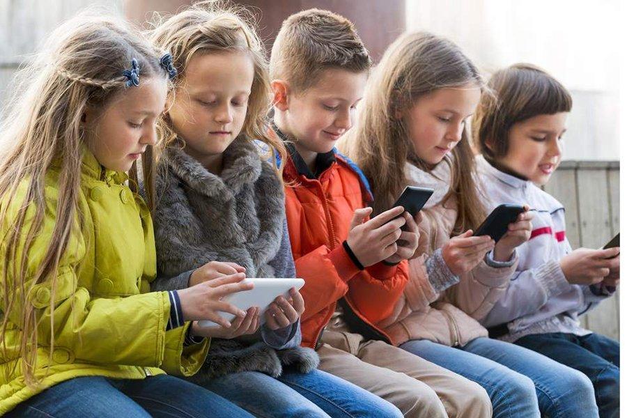 Власти Франции запретили использование мобильных телефонов вшколах