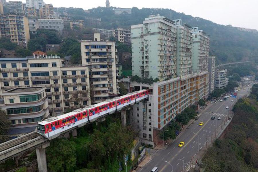 В КНР монорельсовую дорогу проложили прямо через 19-этажный дом