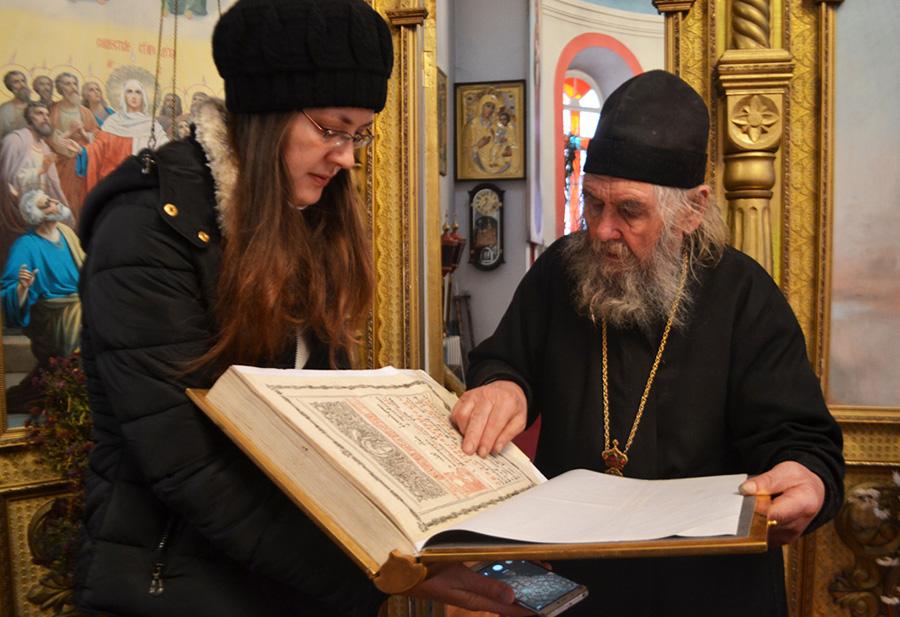 Рэдактар сайта Хоцімскага сабора Таццяна АМЕЛІНА разам з архімандрытам Кірылам разглядаюць старадаўняе Евангелле