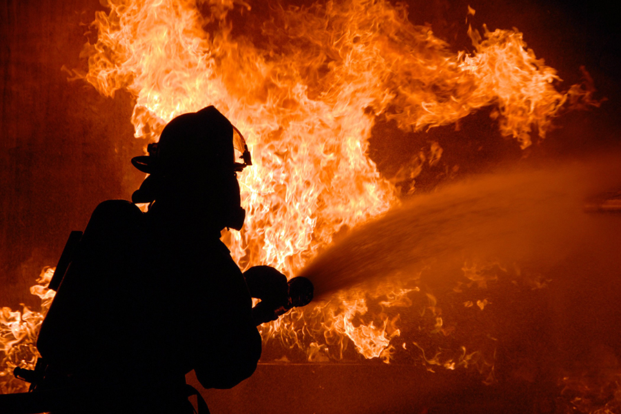 Пожарные спасли 30 человек изгорящего дома вОктябрьском районе