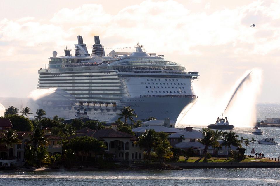 Тысячи людей застряли на лайнере в Карибском море из‐за вируса