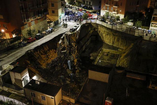 Врата втартар: ВРиме автомобили провалились вогромную яму