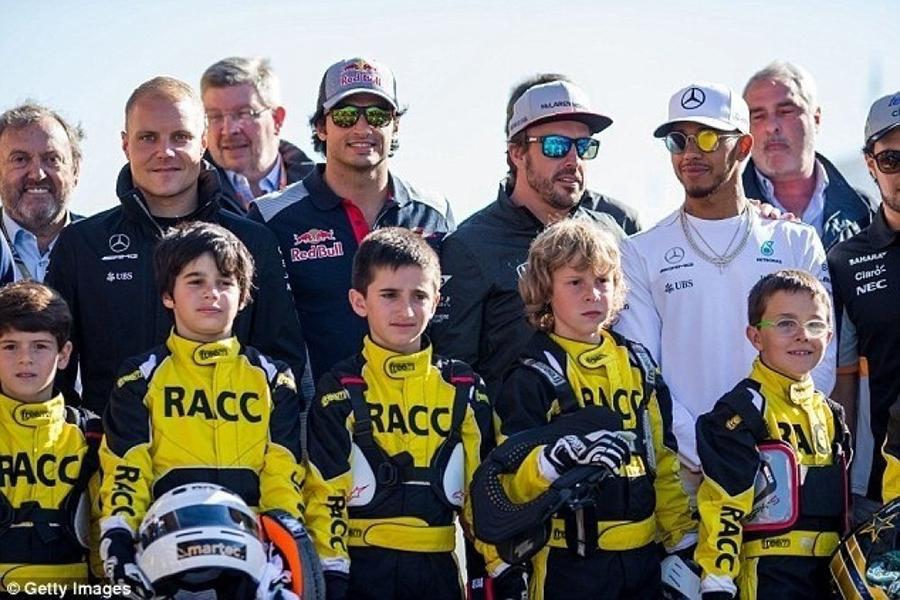 Дети поменяют грид-гёрлз в«Формуле-1»