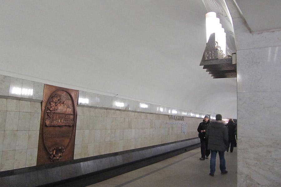 Поезд насмерть сбил женщину вмосковском метро