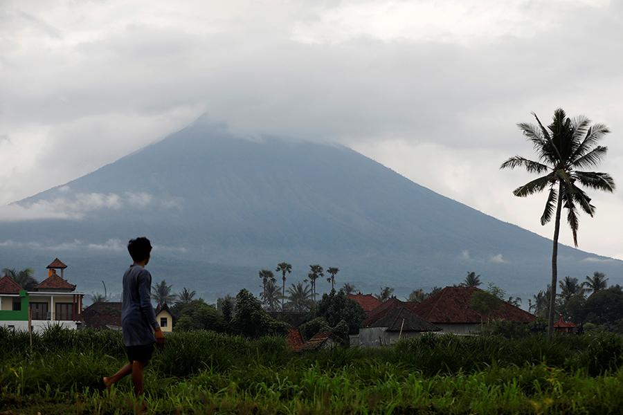 15 человек обратились в белорусское посольство в Индонезии из-за извержения вулкана