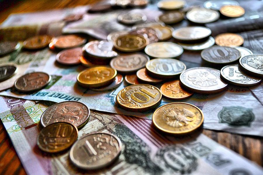 Средневзвешенный курс доллара упал ниже 57 руб.
