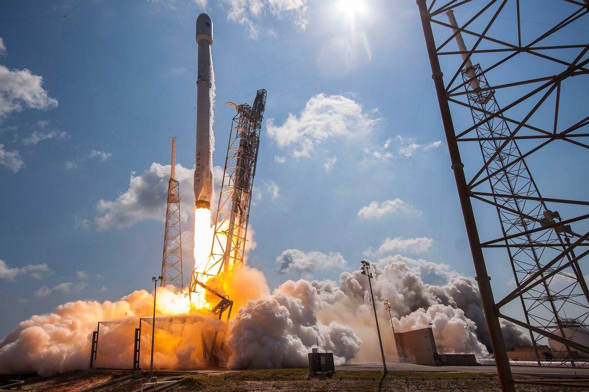 SpaceX запустила в космос секретный спутник: опубликовано яркое видео
