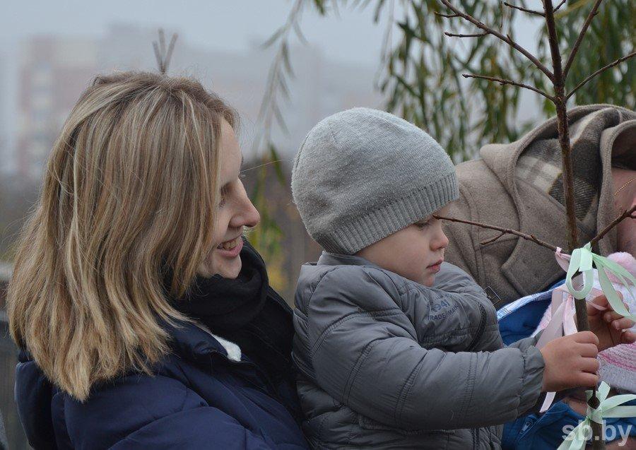 В Бресте многодетные мамы высадили клены к 1000-летию города