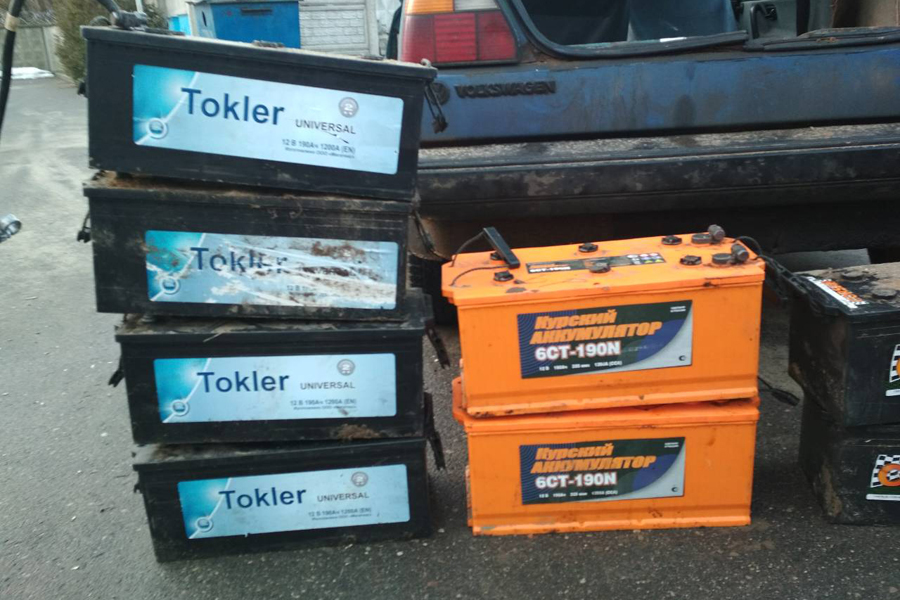 В Каменецком районе с мехдвора трое безработных украли аккумуляторные батареи