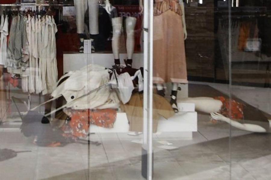 ВЮАР разгромили магазины H&M из-за «расистской» рекламы стемнокожим парнем