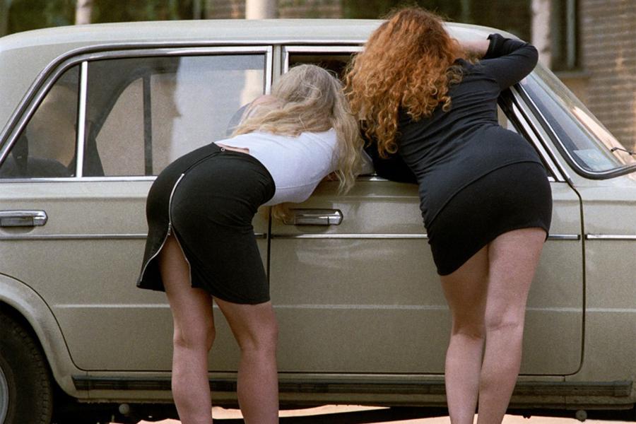 Проституткой e снял трусы девочке