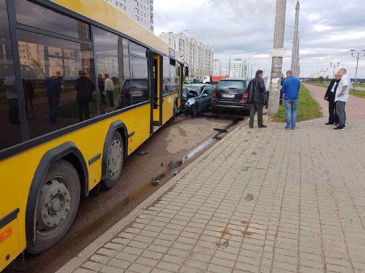 Автомобиль Peugeot (Пежо) столкнулся савтобусом врайоне Каменной горки