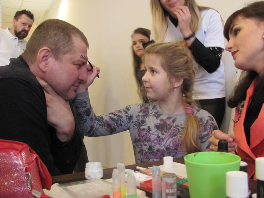 В Борисове прошел фестиваль причесок. Папы стригли сыновей и заплетали дочек 3