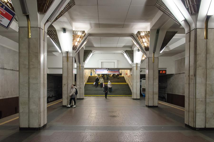 Женщина упала нарельсы вновосибирском метро