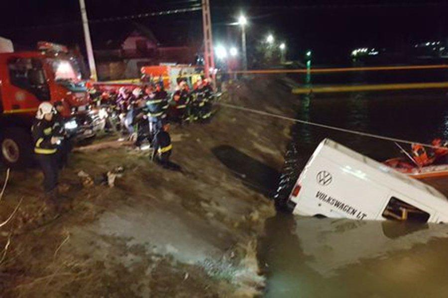 При падении микроавтобуса вреку вРумынии погибли девять человек