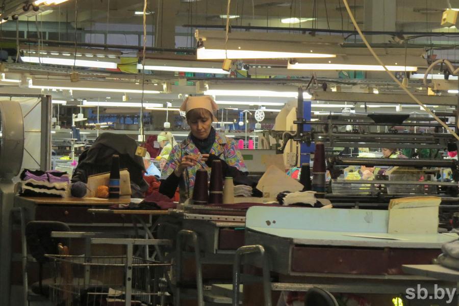"""Работники пинской фабрики """"Полесье"""" возмущаются зарплатой продуктами"""