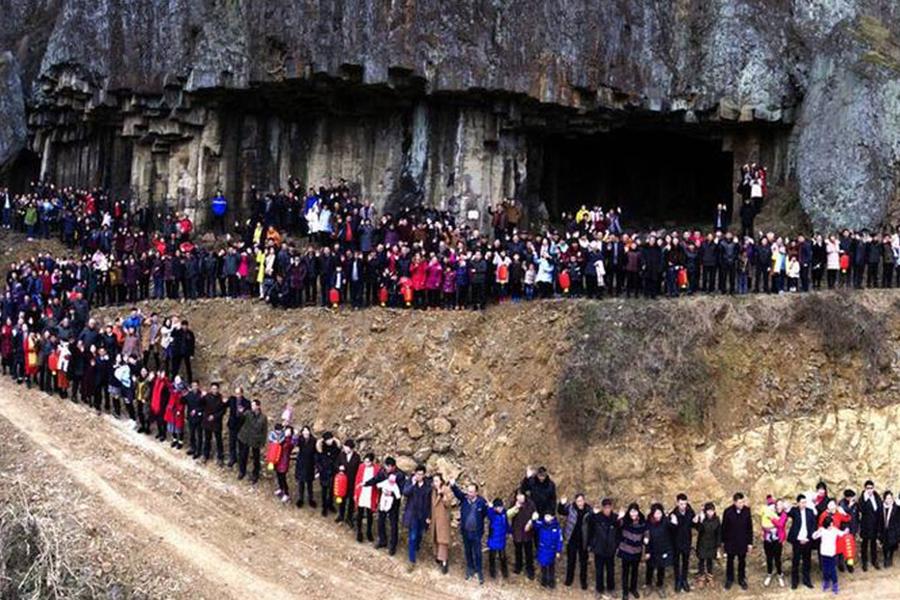 Семья из500 человек сфотографировалась нафоне родной деревни