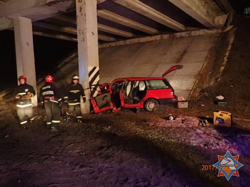 Под Гомелем VW врезался вопору путепровода: шофёр погиб