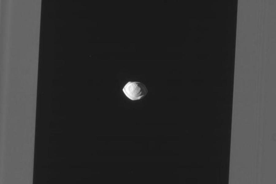 Новые фотографии спутника Сатурна умилили соцсети— Космический пельмень