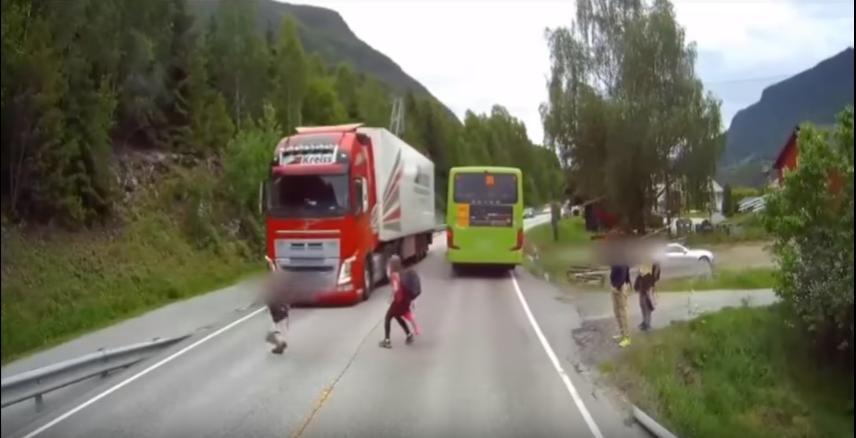 Ребенок  чудом избежал попадания под колеса фуры вНорвегии