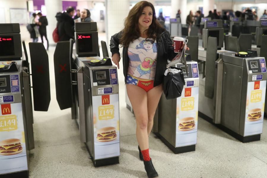 Шапку можешь оставить: пассажиры без штанов прокатились вметро Лондона