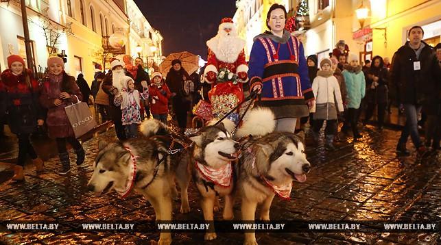 ВГродно прошло карнавальное шествие Дедов Морозов иСнегурочек