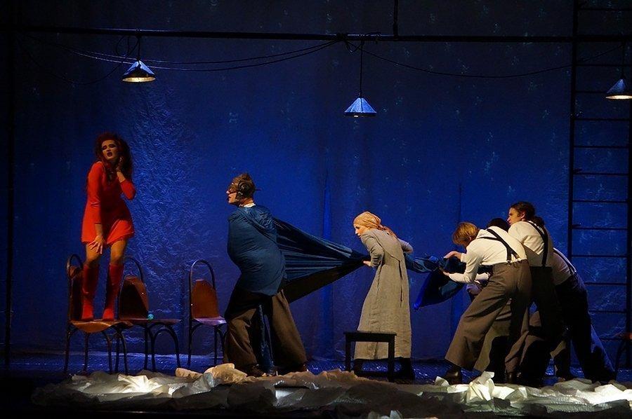 Сцена из спектакля «Жажда и голод» Могилевского драматического театра в постановке Саулюса Варнаса.