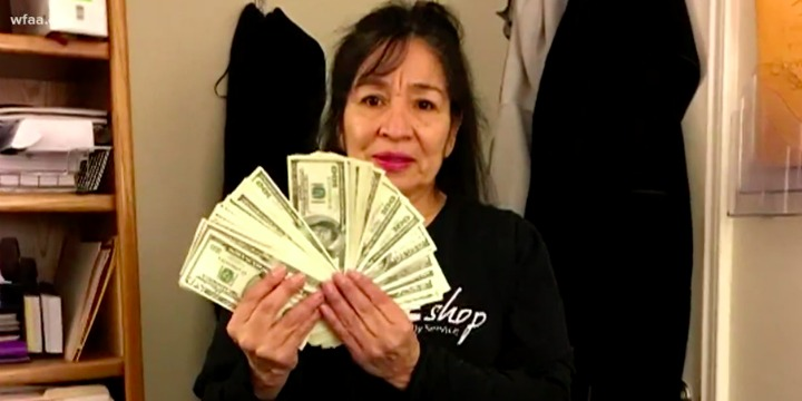 Американка сдала всеконд-хенд пальто с $17 тысячами вкармане