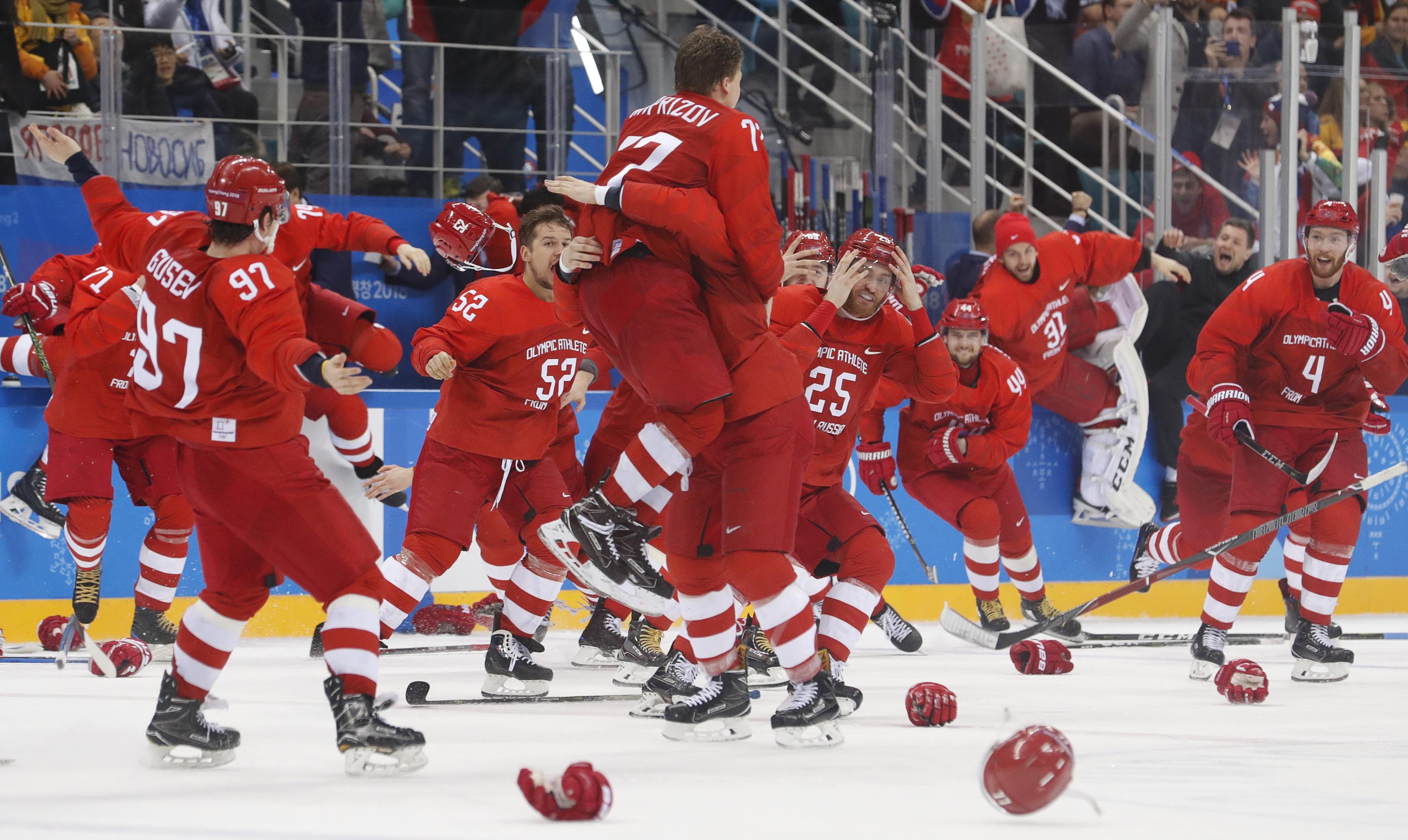 Русские хоккеисты иболельщики спели гимн страны после победы наОИ