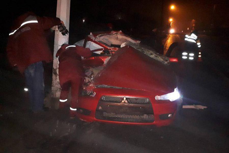 ВОрше «Mitsubishi Lancer» врезался вфонарный столб, пассажир в клинике