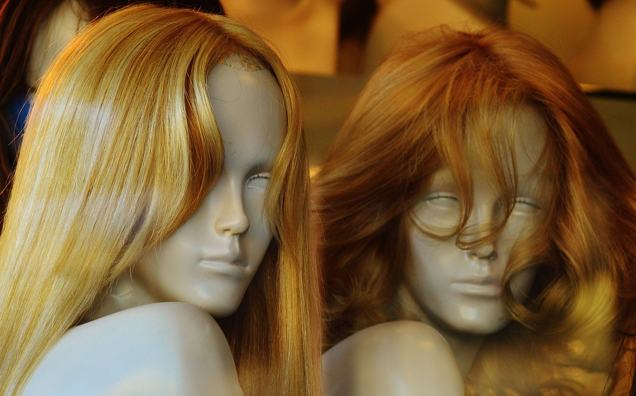 Установлены личности парней, которые  в ЦУМе сняли женские халатики с манекенов