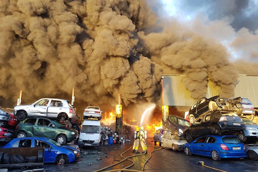 Появилось видео чудовищного пожара около аэропорта Дублина