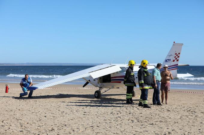 Падающий самолет убил 2-х отдыхающих на береге вПортугалии