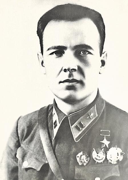 Командир 288–го бап  Герой Советского Союза В. Артамонов, с которым на киносъемку на Су–2 летал Н. Вихирев.