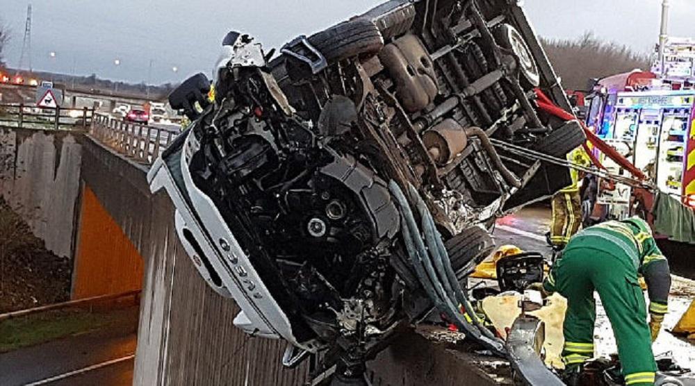 Британский полицейский голыми руками удержал грузовой автомобиль  отпадения смоста