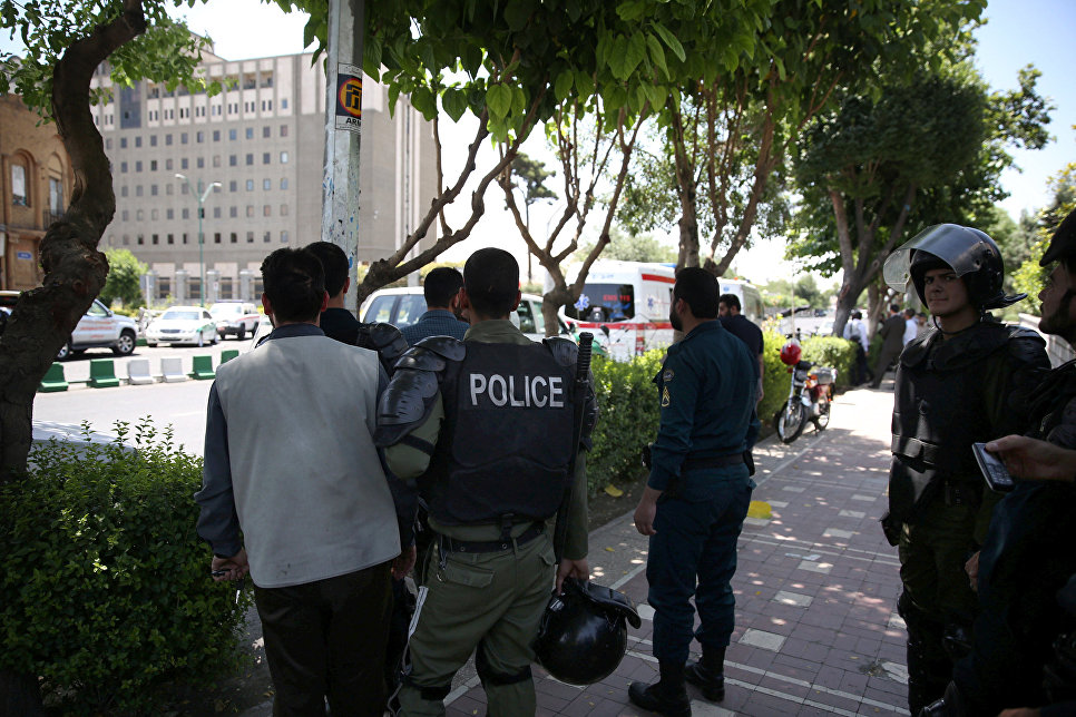 В результате нападений на парламент Ирана и мавзолей имама Хомейни погибли 12 человек